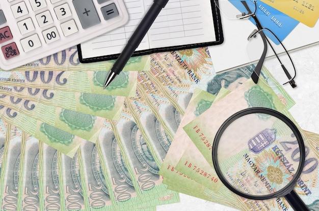 ハンガリーのフォリント紙幣とメガネとペンで計算機
