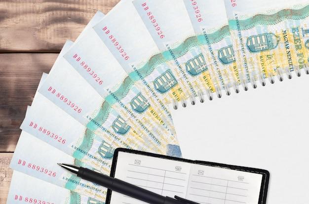 나무 테이블에 헝가리 포린 트 지폐