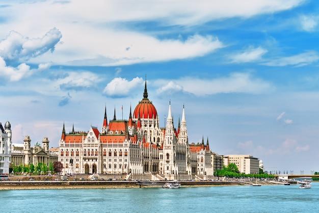 Венгерский парламент в дневное время. будапешт. вид со стороны реки дунай. ангары