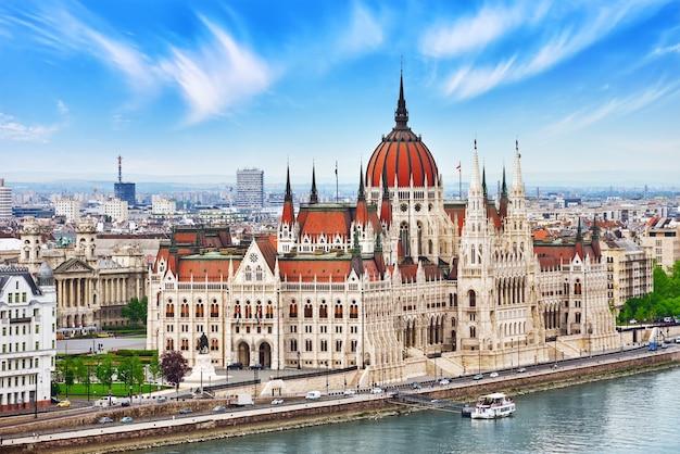 Венгерский парламент в дневное время. будапешт. вид со стороны старого рыбацкого бастиона. венгрия.