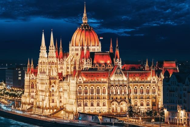Венгерский парламент вечером. будапешт. одно из самых красивых зданий венгерской столицы.