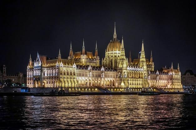 Здание венгерского парламента освещается ночью в будапеште