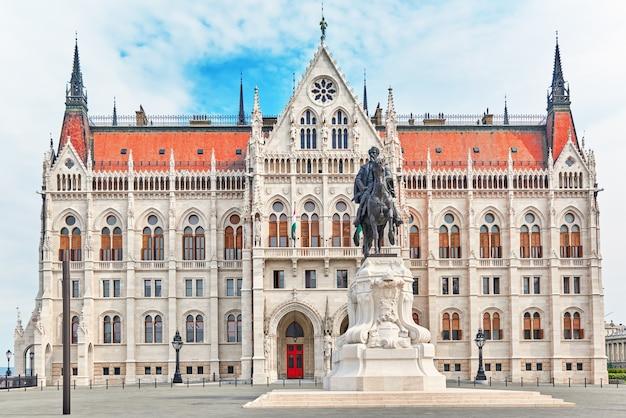 Венгерский парламент со статуей андраши гивла. будапешт.