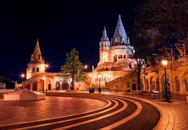 Венгрия, будапешт ночью, рыбацкий бастион, освещенный огнями