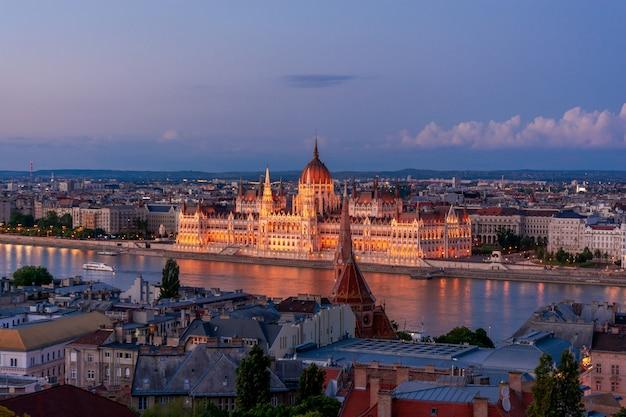 Венгрия, вечерние сумерки в будапеште, парламент на фоне огней ночного города, городской пейзаж