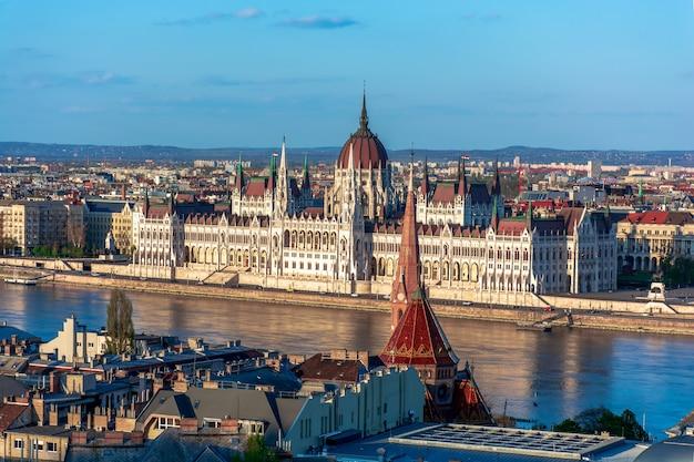 Венгрия, весенний городской пейзаж будапешта, парламент на берегу реки дунай