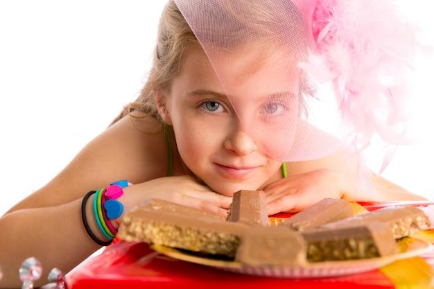 空腹のジェスチャー金髪の子供女の子のパーティーチョコレート