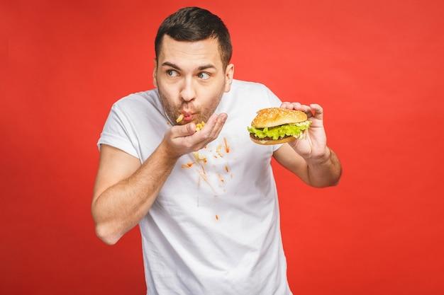 ジャンクフードを食べる空腹の男