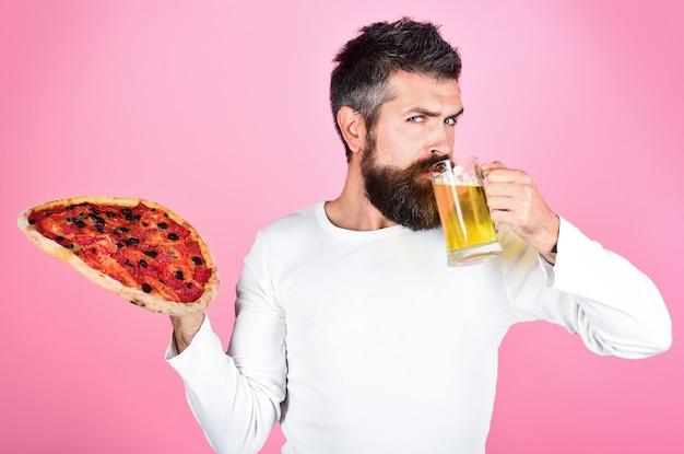おいしいピザを食べた空腹の男は、おいしいピザのファーストフードを楽しんでいるひげと口ひげで男を満足させました