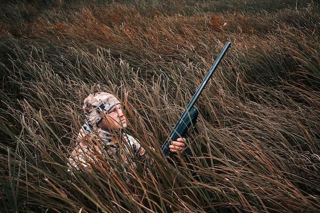 狩猟ライフルハンター男狩猟時代の男性と銃ハンターと狩猟銃と狩猟