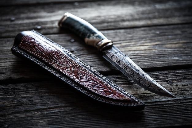 ハンター戦闘手作りナイフが白い表面に分離