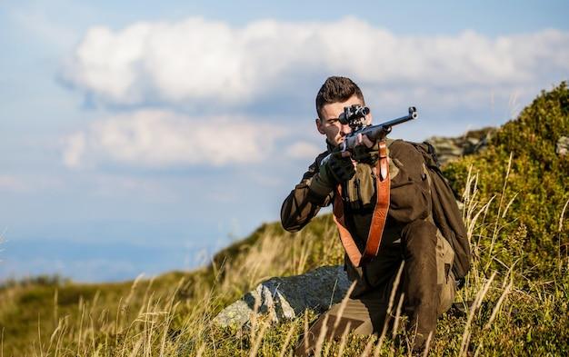Человек-охотник. прицеливание стрелка в цель. период охоты. мужчина с ружьем.