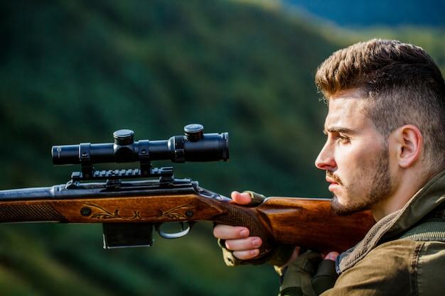 Человек-охотник. прицеливание стрелка в мишень.