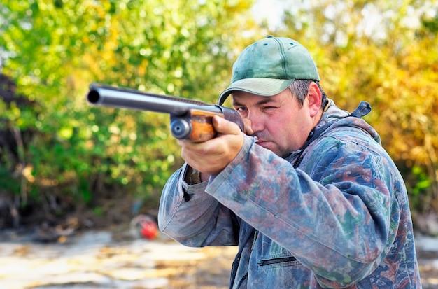Охотник целится в цель. охотник с ружьем.