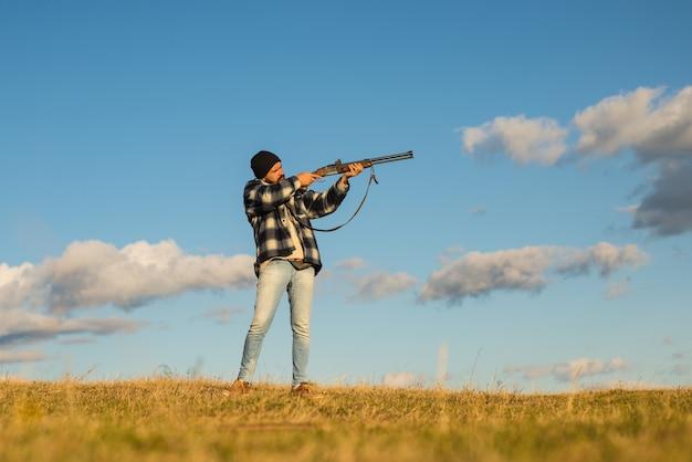 スコープスポッティングアニマル付きの強力なライフルを持つハンター