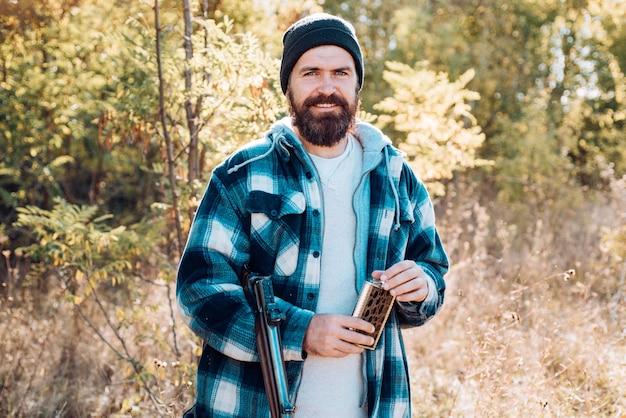 사냥에 산탄 총을 든 사냥꾼은 햄드섬 사냥꾼의 초상화를 닫습니다
