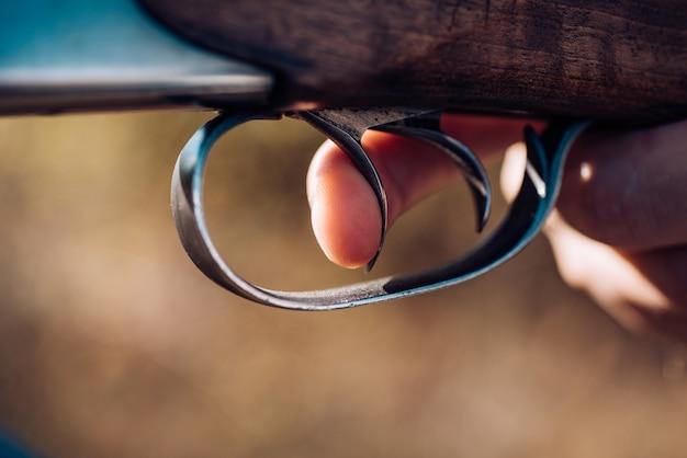 Охотник с ружьем на охоте. браконьер с винтовкой заметил оленей. нажал на спусковой крючок ружья. большая игра. скопируйте место для текста.