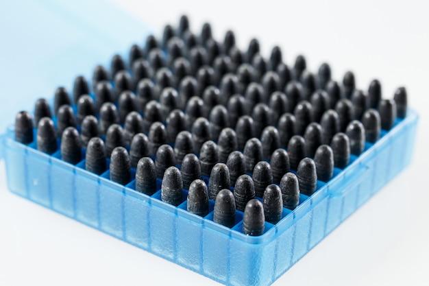 プラスチック箱の中の狩猟用カートリッジ。弾丸収納ボックス。