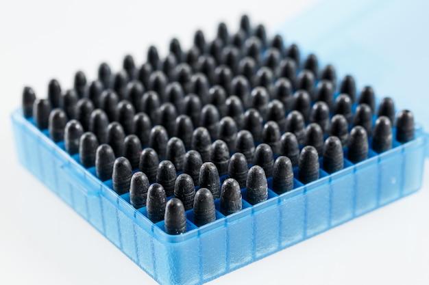 プラスチックの箱に入ったカートリッジの狩猟。弾丸収納ボックス。