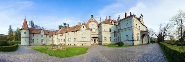 カルパティア(過去-ベレグヴァル)村(ウクライナ、ザカルパッチャ地方)にあるschonborn伯爵の狩猟城。 1890年に建てられました。6ショットのステッチ画像。