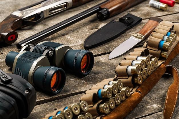 라이플 나이프 쌍안경 및 카트리지를 포함한 오래된 나무에 사냥 장비
