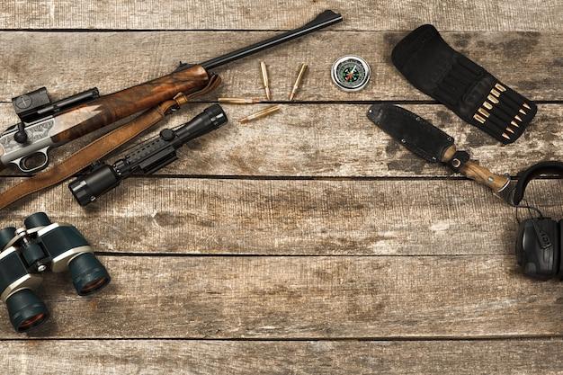 ライフルナイフ双眼鏡やカートリッジなど、古い木製の狩猟用具