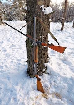 冬の森での狩猟銃。冬の狩猟。