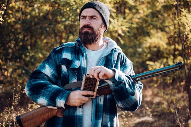 러시아에서 사냥. 사냥에 샷건 총을 가진 사냥꾼. hamdsome 헌터의 초상화를 닫습니다. autunm 사냥