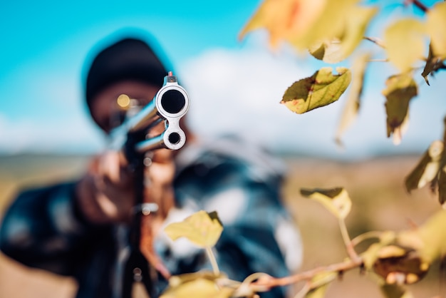 사냥 면허. 사냥에 샷건 총을 가진 사냥꾼. 가을 사냥 시즌. 소총이 사슴을 발견하는 밀렵꾼. 추적.