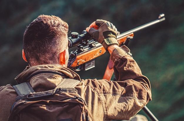 Период охоты. мужчина с ружьем. закройте вверх. охотничье ружье для охотника