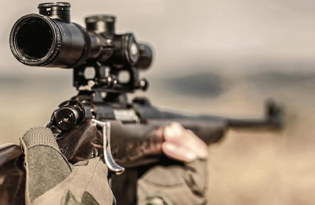 Период охоты. мужчина с ружьем. закройте вверх. охотник с охотой на охотничье ружье