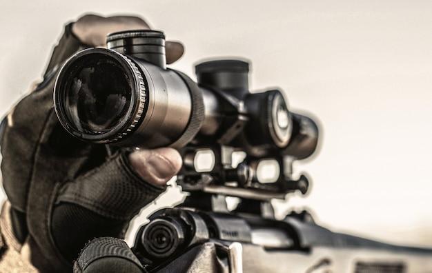 사냥 기간. 총을 든 남자. 남자는 사냥 중입니다. 사냥용 소총. 헌터가 조준하고 있습니다.