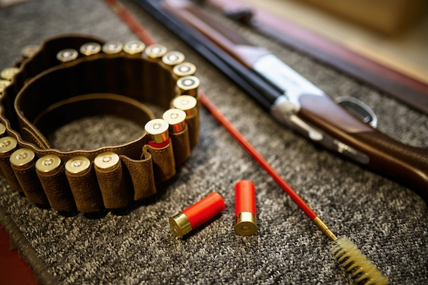 銃店での狩猟用ライフル、装弾ベルト、槊杖