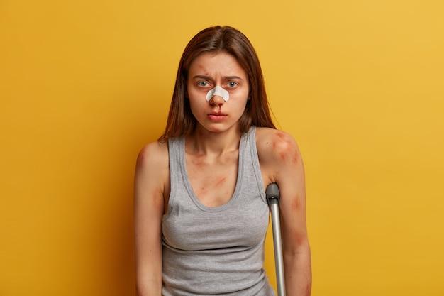 부상당한 십대는 사고 후 다양한 타박상, 혈종이 있습니다.