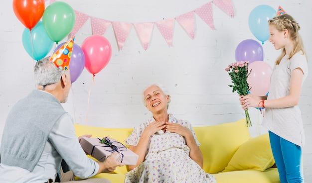 女性の誕生日を祝う夫と孫娘
