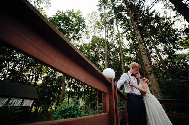 夫と妻は、橋の上ambrecing