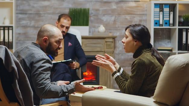 カップルセラピーでの夫婦の議論。成功した心理療法士。
