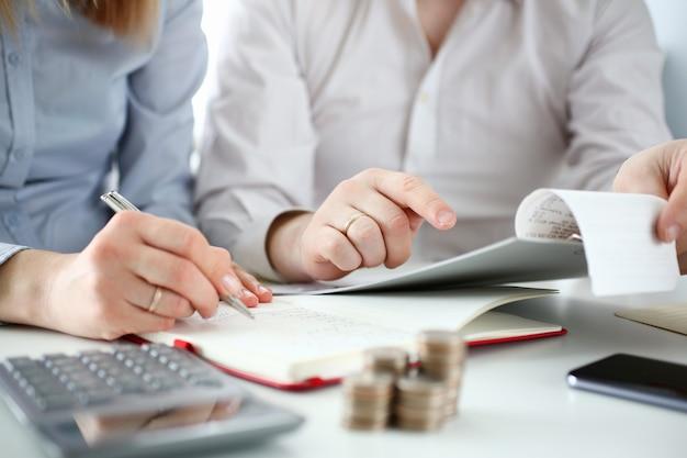 Муж и жена проверяют покупки на предмет вычета налоговой скидки