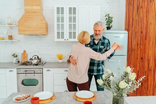 남편과 아내가 아침 식사 중에 집에서 춤을 춥니다.
