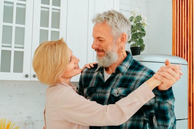 남편과 아내가 아침 식사 중 부엌에서 춤을