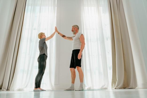 남편과 아내가 집에서 함께 요가 운동을