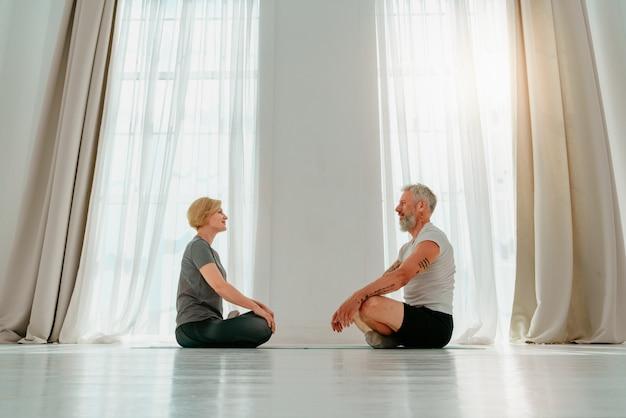 남편과 아내는 집에서 함께 요가 운동을 한다