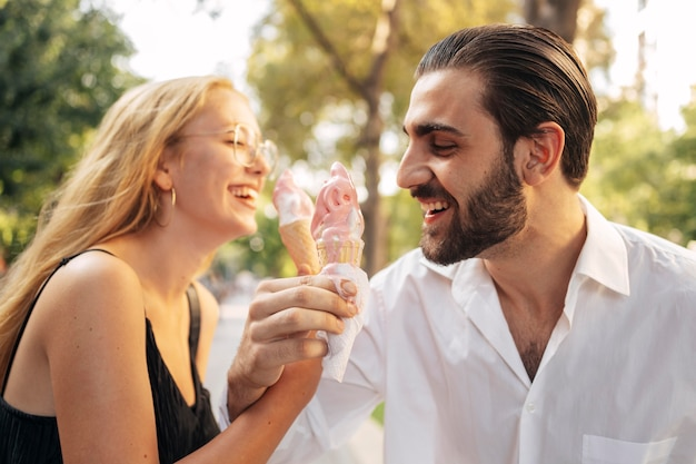 Муж и жена едят мороженое