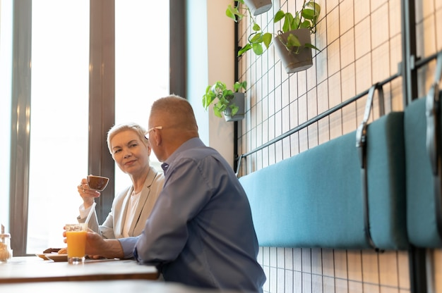 남편과 아내가 카페에서 멋진 데이트를