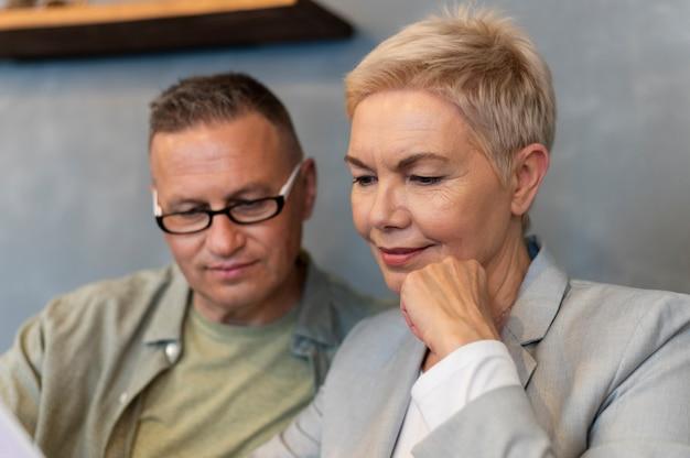 남편과 아내가 커피 숍에서 멋진 데이트를