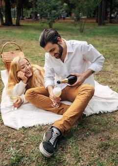 公園でピクニックをしている夫と妻