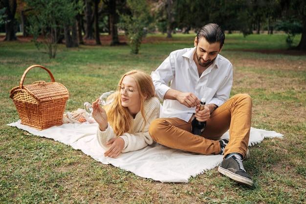 屋外で一緒にピクニックをしている夫婦