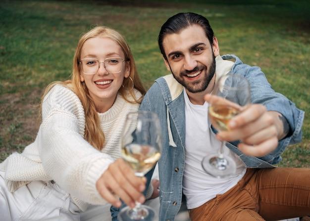 外で一緒にピクニックをしている夫婦