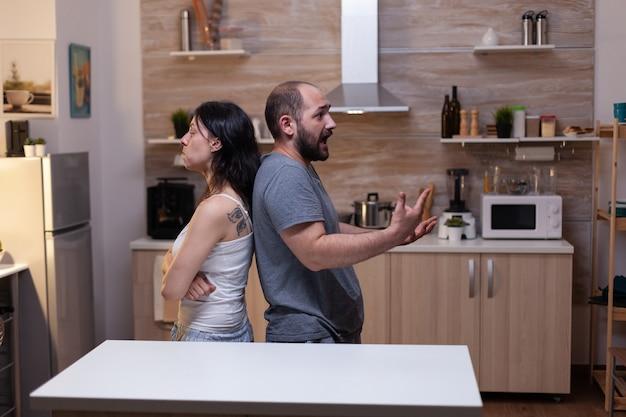질투 갈등 싸움을 하는 남편과 아내