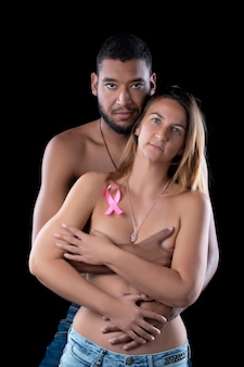 乳がんを抱き締める夫婦